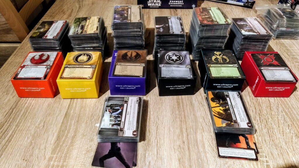 """""""zakoszulkowane"""" karty do Star Wars LCG z boku widać w woreczku talie do rozgrywki dla 3-4 graczy (też w koszulkach)"""